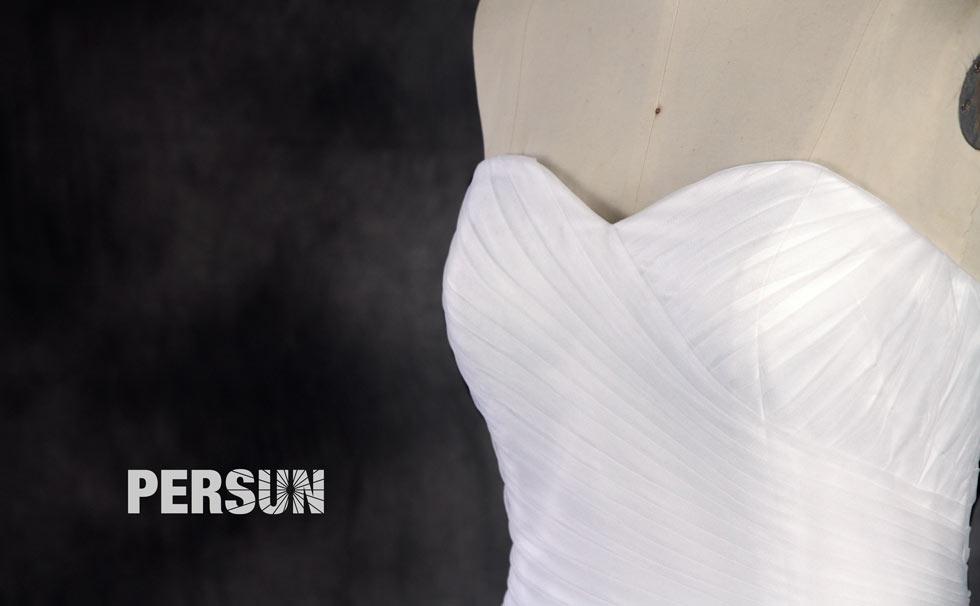 photo bustier coeur drapé d'une robe de mariée