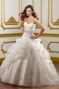 Vestido de noiva pregueado em organza decote em coração decorado de jóias