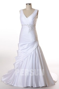 Robe mariée enveloppe de grande taille ruchée en satin ornée de strass Col V