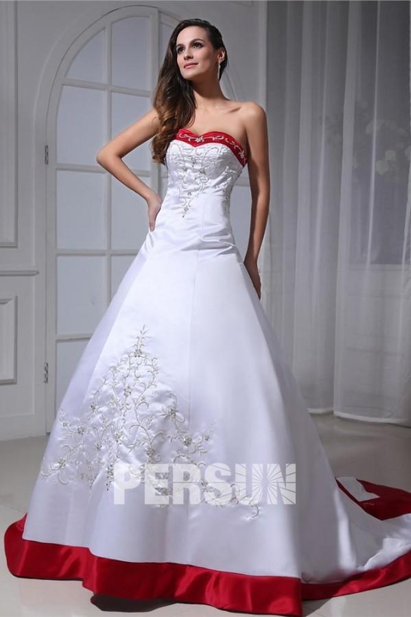 Robe blanche de mariée avec bordure rouge