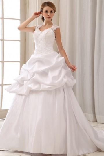 Vestido de noiva longo em cetim decote em coração decorado de bordado