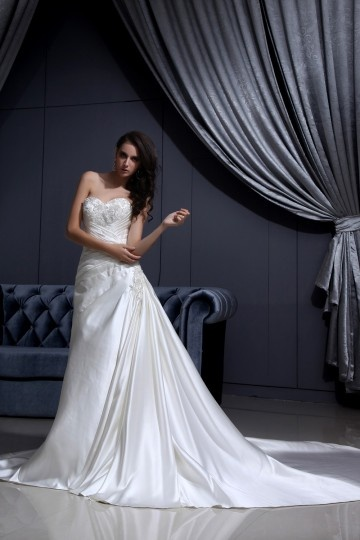 Vestido de noiva em cetim decote em coração sem manga decorado de apliques e pregueado