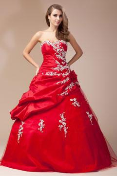 Robe rouge mariée bustier cœur ornée de fleur et d'applique