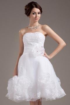 Robe de mariée courte bustier en organza ornée de fleurs