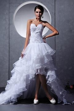 Robe de mariée bustier coeur ornée de bijoux à volant