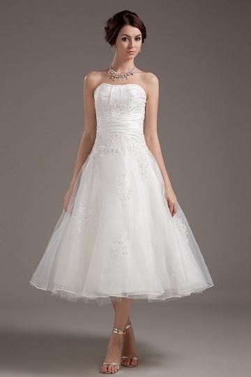 Vestido de noiva curto decote em coração com padrões de renda
