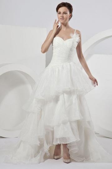 Vestido de noiva com uma alça fina em organza