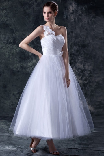 Vestido de noiva princesa um ombro decorado de flores