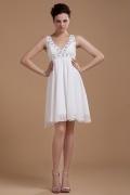 Vestido curto branco decote em V decorado de jóias