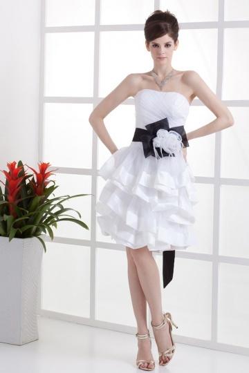 Vestido de noiva curto decote em coração decorado de flor