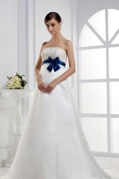 Robe de mariée enceinte en satin avec ceinture noeud papillon bleu traîne chapelle