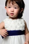 Robe fille d'honneur blanche fleurie dotée d'un grand nœud papillon bleu