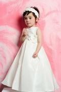 Robe mariage enfant blanche en taffetas ornée d'une fleur