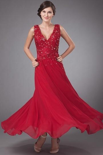 Vestido vermelho longo decote em V decorado de lantajoulas