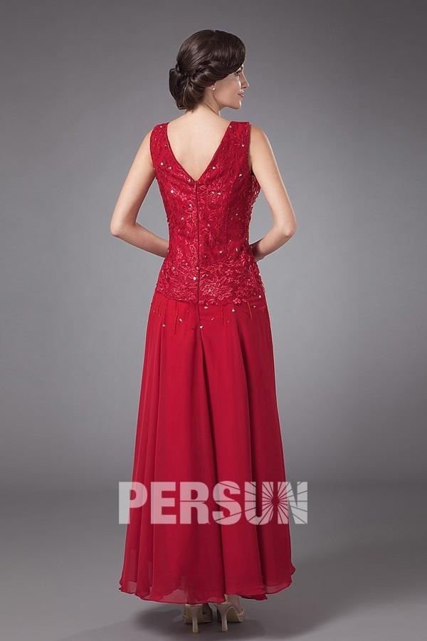 Robe mére de marié longue décolletée en V ornée de perles