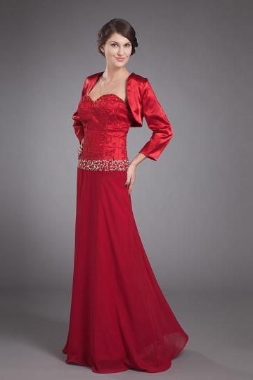 Vestido vermelho longo decote em coração decorado de jóias