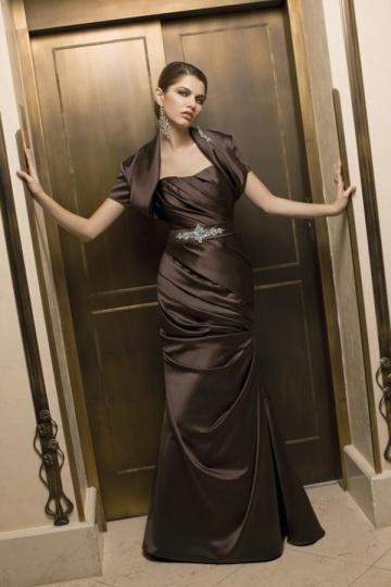 Vestido de mãe de noiva pregueado adornado de jóias cetim chocolate