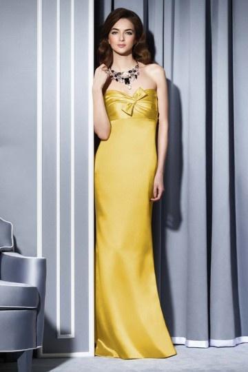 Vestido de madrinha longo com gravata borboleta sobre o bustiê Império coluna em cetim Amarelo