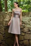 Vestido de Dama de Honor Hasta la Rodilla de Satén con Strapless Volante Corte A