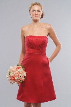 Robe demoiselle d'honneur courte en satin rouge sans bretelle