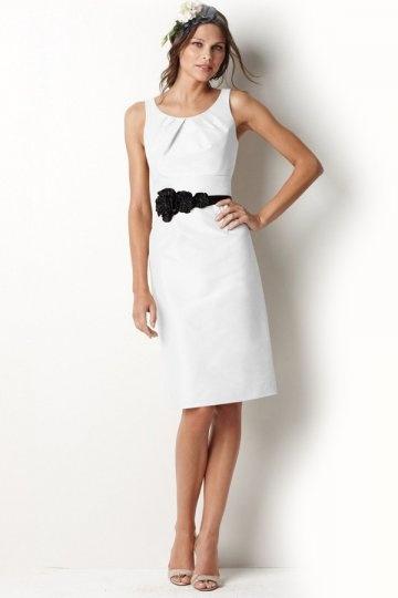 Vestido de madrinha simple em cetim decote rodada com apliques longos joelhos