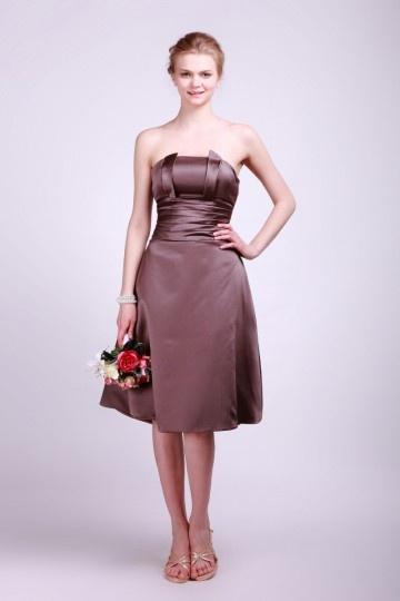 Vestido de madrinha curto em cetim marrom sem manga na altura do joelho