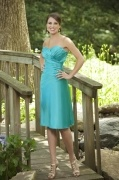 Vestido de Dama de Honor Corto de Satén Verde con Escote Corazón Volante Corte A