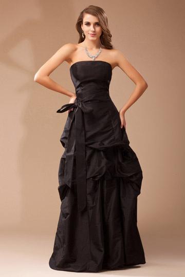 Vestido bustiê em tafetá preto complementado com um cinto