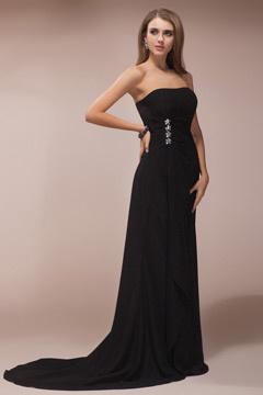 Robe bustier noire pour soirée longue simple parée de bijoux