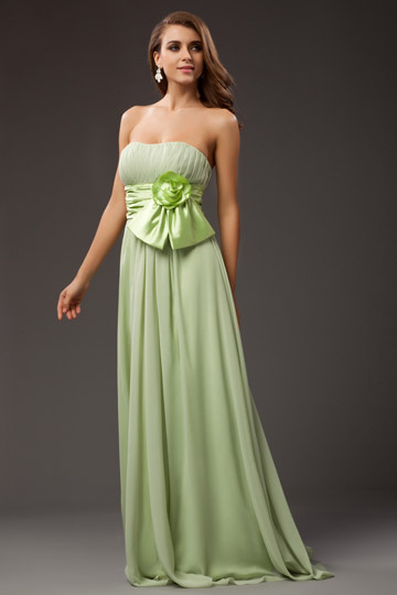 Vestido bustiê verde complementado com cinto de uma flor à mão