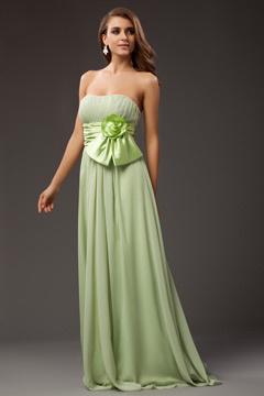 Robe bustier verte accessoirisée d'une fleur à la ceinture
