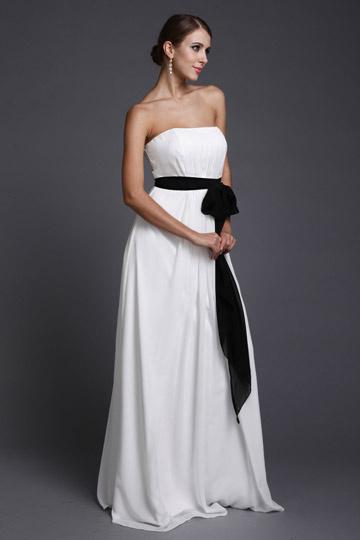 Vestido de madrinha branco longo bustiê complementado pelo cinto preto