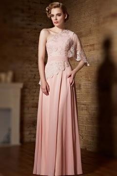 Robe de soirée rose à col asymétrique en dentelle