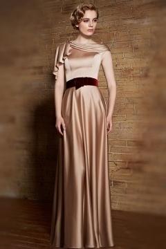 Robe de soirée chic en satin doré avec ceinture en velours bordeaux