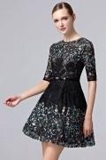 Petite robe noire manches courtes ornée de dentelle ajourée & sequins