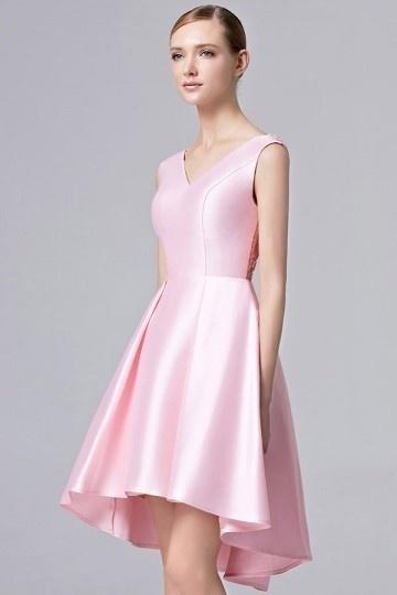 Robe rose à col V courte devant longue derrière en satin avec étole