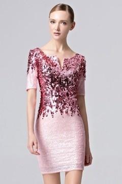 Robe courte fourreau rose ornée de paillettes à manches