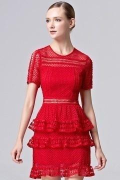 Petite robe rouge en dentelle à volants avec manches courtes