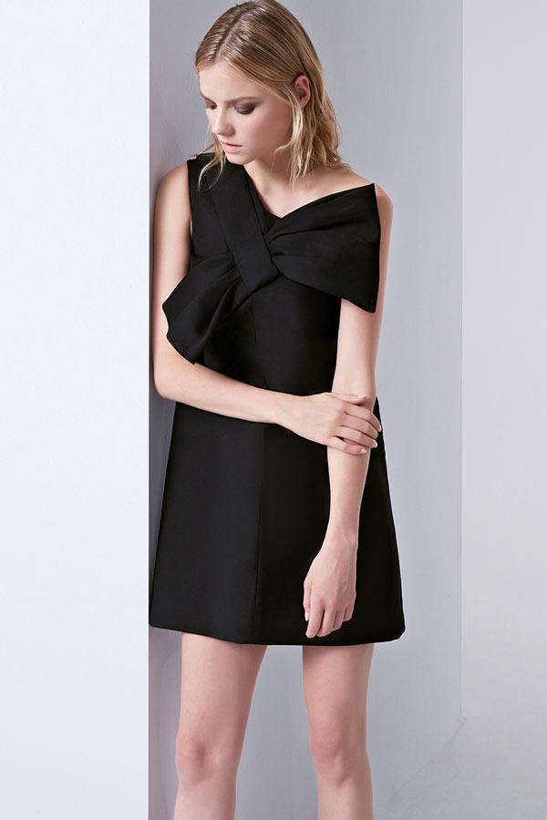 petite robe noire asymétrique orné d'un noeud papillon