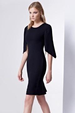 Petite robe noire à manche moderne avec fente derrière