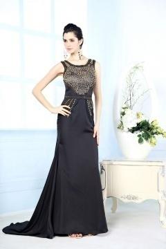 Robe noire de soirée à coupe flatteuse en tissu satin soyeux