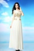 Robe blanche de soiréecol bénitier ornée de motif raffiné