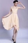 Courte robe gala ornée de strass autour de l'encolure