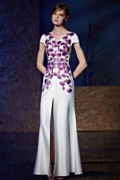 Robe blanche moulante imprimée en motif violet avec une fente devant