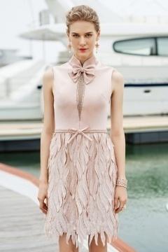 Robe de cocktail courte rose col haut ornée de nœud papillon