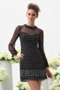 Petite robe noire brillante col claudine avec manches longues à pois