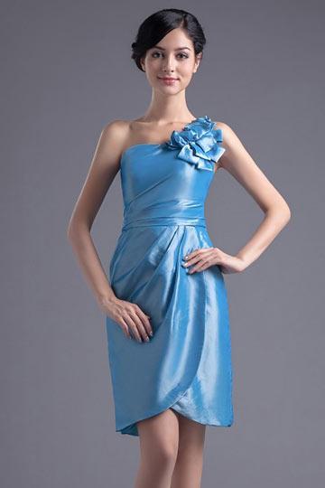 Vestido de madrinha azul curto um ombro decorado de flor feita à mão