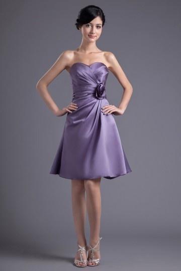 Vestido de madrinha violeta Império em cetim suave decorado de pregueado e flor feita à mão