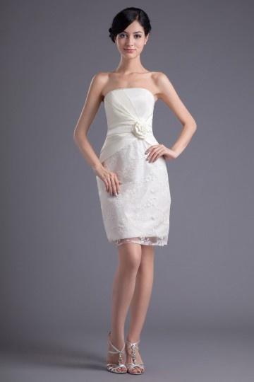 Vestido de madrinha branco em renda tomara que caia bustiê decorado de flor feita à mão