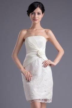 Robe demoiselle d'honneur blanche en dentelle fourreau bustier ornée de fleur fait main